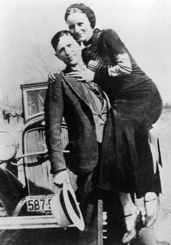 Talvez a dupla mais famosa da história da bandidagem, Bonnie Parker e Clyde Barrow agitaram os Estados Unidos entre os anos de 1931 e 1934, fazendo dezenas de assaltos a bancos. Além dos assaltos e homicídios, a dupla Bonnie e Clyde causava furor pelas fugas mirabolantes. No entanto, o destino do casal foi selado na tarde de 23 de maio de 1934, quando os dois foram mortos em um tiroteio com a polícia. Bonnie tinha 23 anos, enquanto Clyde tinha 25