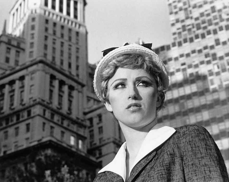 1978 - Usando composições criativas, a fotógrafa Cindy Sherman manipulava a maneira como era vista em seus autorretratos. Ao invés de mostrar a realidade, ela transformou a fotografia em uma maneira de enganar o espectador