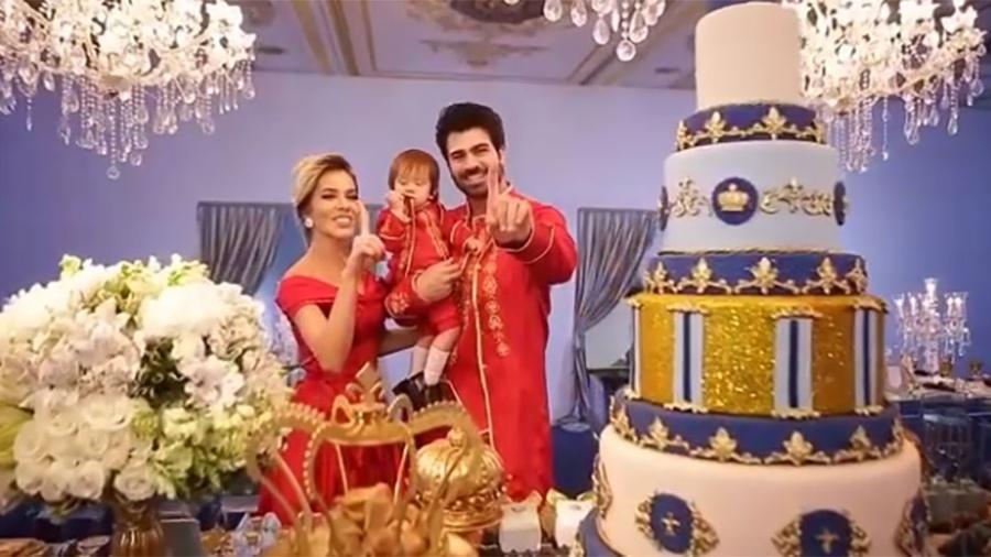 Adriana e Rodrigão posam com o filho na festa de um ano do pequeno - Reprodução/Instagram