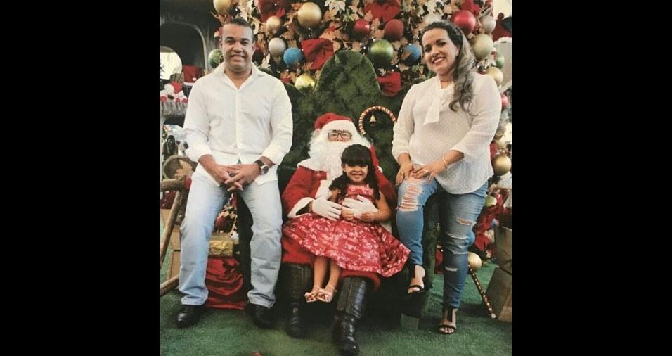 Ruy e Cecília, de Montes Claros (MG), com a filha Rebeca e o Papai Noel