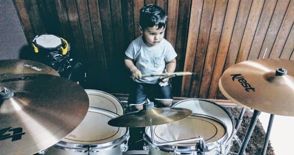 """A Jaci de Souza, de São Paulo (SP), mandou a foto do Pedro Henrique: """"Ele ama tocar bateria"""""""