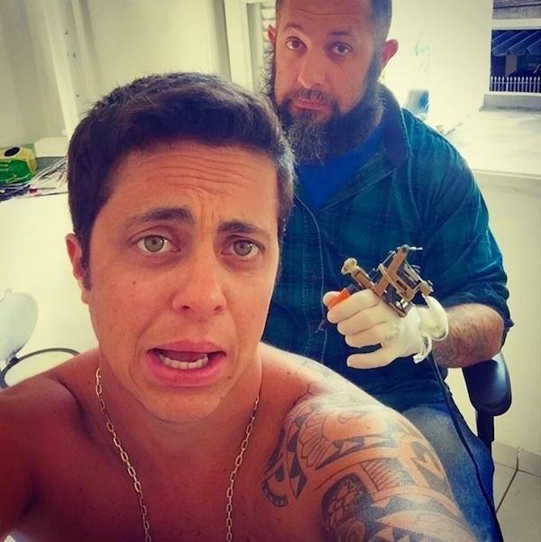 """30.jul.2015 - Fazendo careta, Thammy Miranda resolveu compartilhar o seu desespero na hora de fazer uma tatuagem. Sem camiseta, Thammy tirou uma selfie antes de iniciar uma sessão com o seu tatuador. ?F**eu! Vai começar"""", escreveu na legenda da foto, postada no Instagram"""