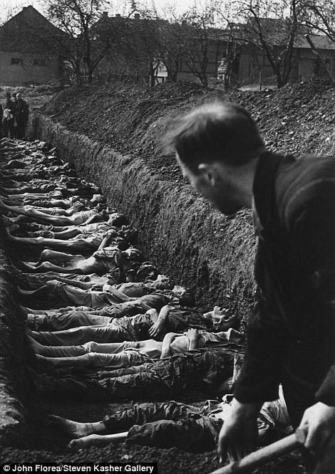 Na imagem, um homem enterra corpos na Europa