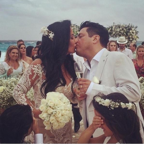 16.fev.2016 -  O sertanejo Bruno beija a esposa após a renovação de votos de seu casamento, que aconteceu em Cancún, no México
