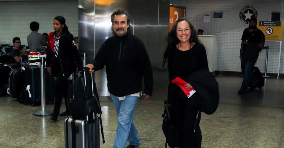 """13.mai.2016 - Intérprete de Paty na série """"Chaves"""", Ana de la Macorra desembarcou no aeroporto de Guarulhos (SP), em sua primeira visita ao Brasil, para um encontro com fãs do humorístico, exibido pelo SBT, e o ex-colega Edgar Vivar (Sr. Barriga). A mexicana de 59 anos começou como assistente de produção e virou a """"namoradinha"""" de Chaves no programa, porém desistiu da carreira na TV e, 37 anos após sua saída de """"Chaves"""", trabalha como psicóloga"""