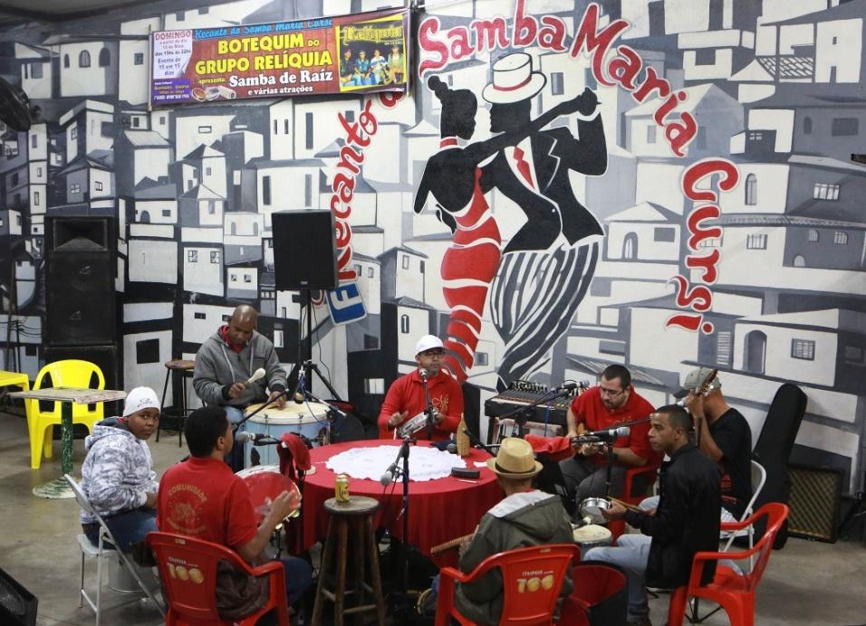 A roda de samba Maria Cursi está pronta para mais uma apresentação realizada aos sábados na comunidade de São Mateus. O time de músicos, em que muitos também são compositores, agita o público com sambas de raiz clássicos e canções próprias