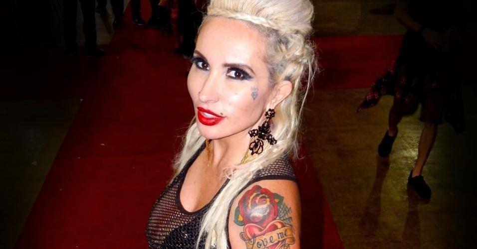 """26.jul.2016 - Cheguei a minha centésima tatuagem, um número que assusta, mas que esta longe de ser meu objetivo. Amo tatuagem, é mais uma forma de me expressar. Quero ter meu lado direito do corpo totalmente coberto por desenhos. Sou apaixonada por caveiras. Esse desenho foi criado a partir de referências do estilo """"Trash Polka"""" da Rússia"""", contou a beldade"""