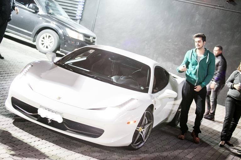 """10.abr.2017 - O cantor Luan Santana contou em entrevista ao jornal """"Extra"""" que vendeu uma Ferrari 458 (foto) e um Porsche Boxster. Antes da Ferrari, Luan tinha uma Lamborghini, também branca. """"Paguei R$ 1,150 milhão nele"""", revelou o sertanejo na época em que comprou a Ferrari da foto"""