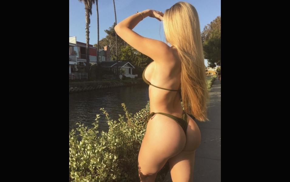 """25.abr.2017 - A modelo Amanda Lee, que já tem mais de 8 milhões de seguidores no Instagram, parece estar conquistando cada vez mais fãs de todas as partes do mundo. Ao postar uma foto de biquíni em que aparece de costas, ostentando seu bumbum perfeito, a canadense recebeu muitos elogios, inclusive de um fã brasileiro apaixonado. """"Venha para o Brasil, Amanda! Você é tão maravilhosa, extraordinária"""", escreveu o brazuca"""