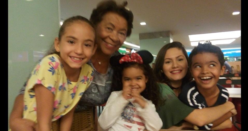 Vovó Marineuza e seus netinhos Yasmim, Manuela, Gabriel e Ana Clara