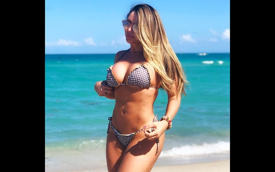 """10.abr.2018 - A ex-atriz pornô Cléo Cadillac está curtindo as praias de Miami, nos Estados Unidos. A bela postou uma sequência de fotos de biquíni com o mar como paisagem ao fundo. Em uma delas, ela filosofou: """"Minha essência é mudar. Não basta ser o Rio se eu posso ser o mar"""""""