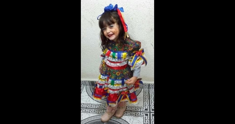 A mamãe Thamara Elen de Lima enviou foto da filha Mirella, de três anos, na festa junina da escolinha, onde fez uma apresentação de dança, em São Paulo (SP)