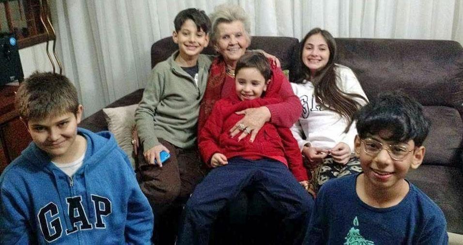 """""""Pensa numa vó coruja!!! Ninguém ganha dessa!"""" Vó Lúcia, de Florianópolis (SC), com seus netos Matheus, Lucas, Ariane, João e Pedro"""