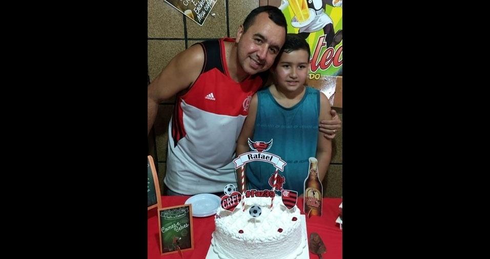 """Rafael com o filho João Victor: """"Flamenguistas de coração!"""". São moradores de Marechal Hermes (RJ)"""