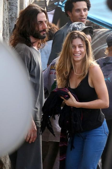 18.ago.2015- Grazi Massafera sorri ao perceber que está sendo fotografada