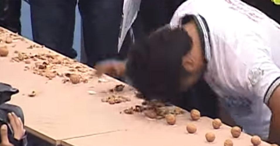 16. Muhammed Rashid é o recordista mundial de quebra de nozes com a cabeça. Foram 150 nozes espatifadas em um minuto, em 2014.
