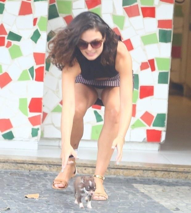"""27.jan.2016 - Isis Valverde estava com seu pet em uma lanchonete na zona sul do Rio de Janeiro, quando o cachorrinho resolveu escapar e correr para longe da atriz. Isis teve de ir atrás do cão e, ops!, foi vítima de um flagra indiscreto """"pagando calcinha"""" na frente do fotógrafo"""