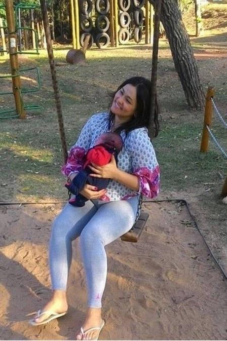8.ago.2016 - Suzana Alves, a ex-Tiazinha, compartilhou em suas redes sociais a primeira foto com o seu filho, Benjamin. Na imagem, ela aparece curtindo um parquinho com o pequeno