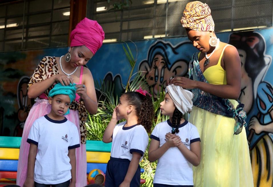 Crianças se animam para vestir o turbante, um objeto típico africano que o Brasil herdou culturalmente