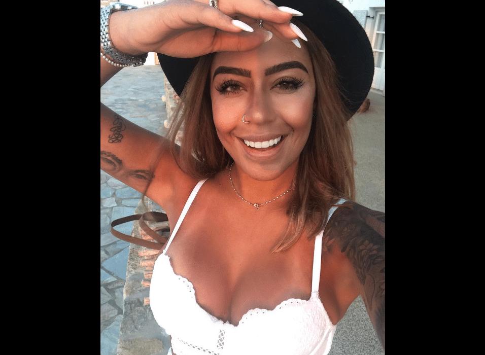 29.ago.2017 - De férias na Grécia, Rafaella Santos caprichou nos decotes em cliques compartilhados em sua conta no Instagram