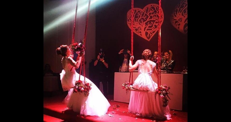 10.mar.2018 - As noivas sentam em um balanço preso no teto para jogar o buquê