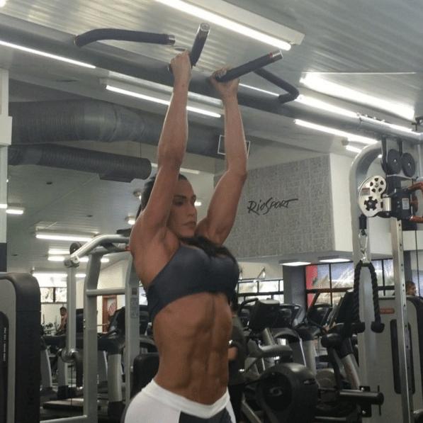 10.dez.2015 - Olha só! Após um exercício abdominal, Gracyanne Barbosa exibe sua barriga trincada