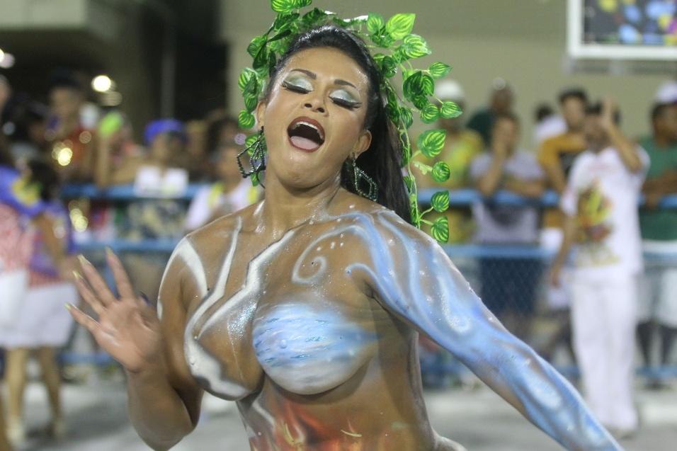 16.jan.2017 - Andréa Martins, musa da escola de samba carioca União da Ilha do Governador, roubou a cena em desfile na Marquês de Sapucaí, no Rio de Janeiro. Coberta apenas com pintura corporal, Andréa foi flagrada em ângulos que deram a entender que estava nua