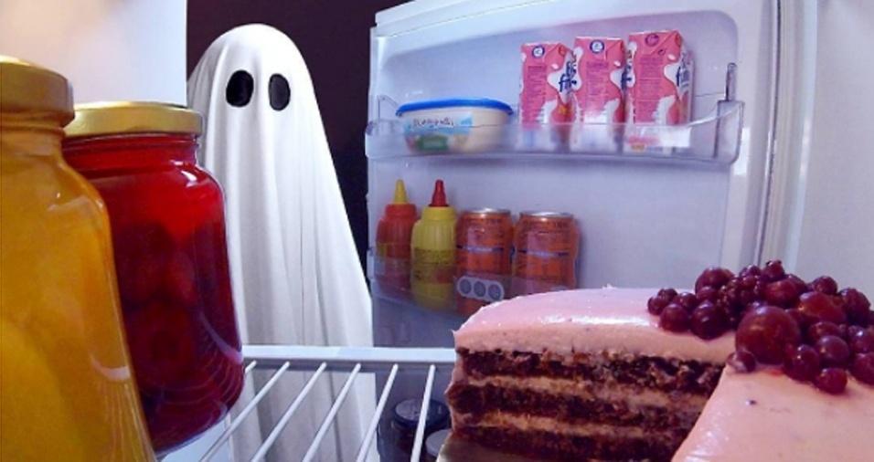 9. O medo de encontrar um fantasma a noite é real, porque eles podem simplesmente estar assaltando a geladeira