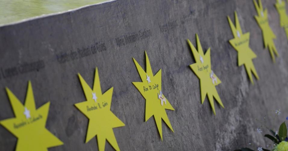 Membros da Afavitam (Associação dos Familiares e Amigos das Vítimas do Voo TAM JJ3054) decoraram o local com estrelas amarelas, com o nome de cada vítima do acidente, para que os familiares e amigos pudessem fazer suas homenagens