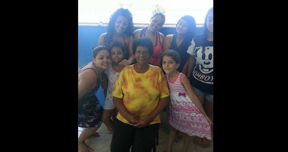 Jhulieine Ribeiro enviou foto de sua falecida avó Ivone da Silva com suas sete netas, Jheine, Jheizieine, Thalita, Taina, Anna Carolina e Anna Beatris