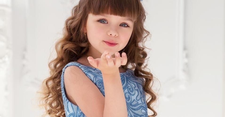 """Russa Anastasiya Knyazeva, a """"criança mais bonita do mundo"""", faz sucesso como modelo e possui 500 mil seguidores no Instagram aos seis anos"""