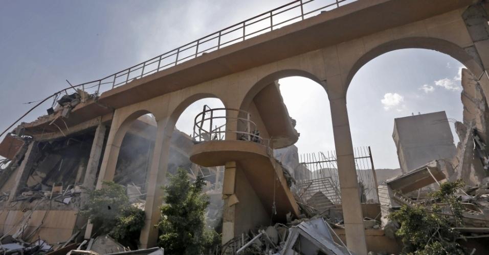 O governo de Bashar Al Assad levou jornalistas sediados em Damasco para um tour pela capital na Síria na manhã deste sábado (14). Os escombros fazem parte do Centro de Pesquisas e Estudos Científicos no distrito de Barzeh, no norte da cidade, um dos alvos atacados pela coalização liderada pelos EUA