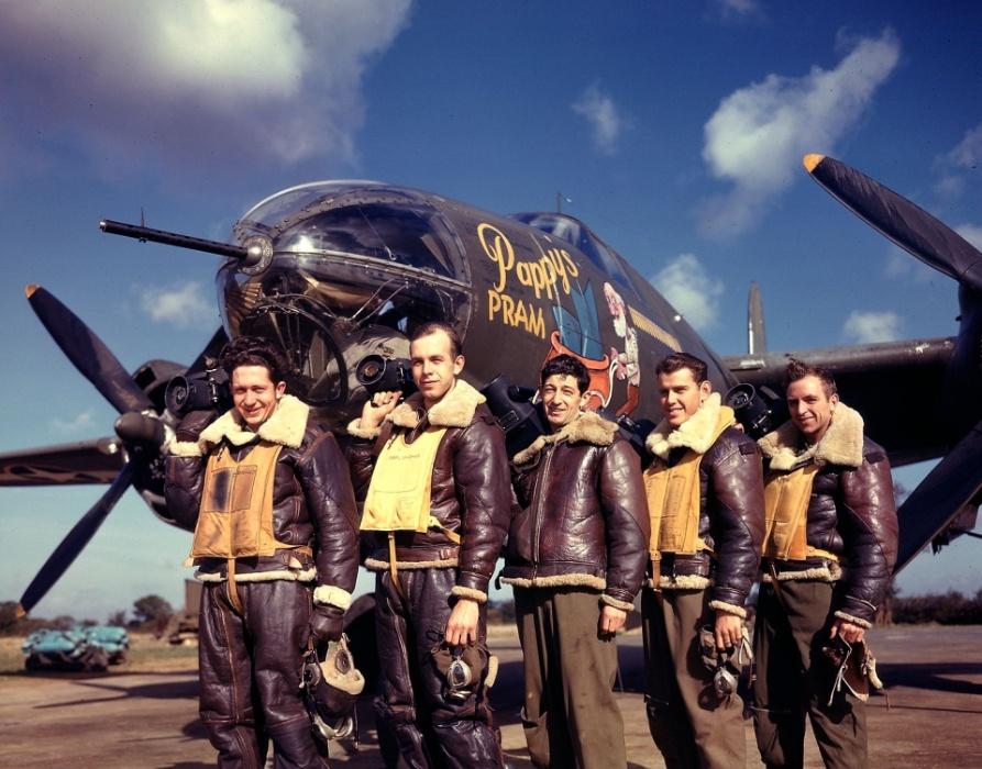 1943 - Fotografos posam em frente ao Pappy´s Pram, um B-26 Marauder