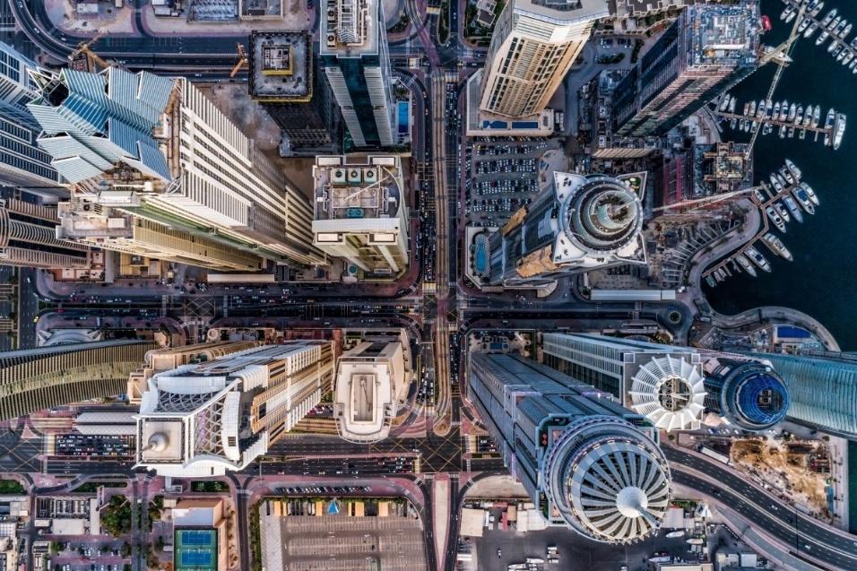 """10.jun.2017 - O Concurso Internacional de Fotografia com Drone, promovido pela rede social Dronestagram, anunciou os vencedores da sua quarta edição. As imagens, com perpesctivas impressionates, foram selecionadas por categorias: natureza, pessoas, urbano e criatividade. No juri estavam Patrick Witty e Jeff Heimsath, vice-diretor e editor de fotos da """"National Geographic"""", respectivamente. Como prêmio, os vencedores ganharam equipamentos fotógrafos. A imagem acima foi a vencedora da categoria """"urbano"""", que retrata a """"selva de concreto"""" de Dubai. Veja a seguir outras fotos escolhidas pelo concurso"""