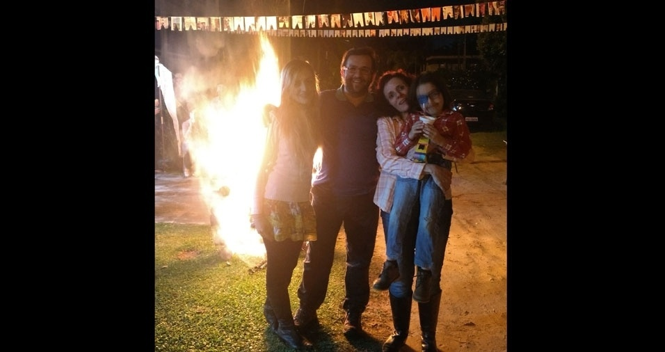 """O caipirinha Bernardo, na festa """"julina"""", com a vovó Rosangela, o vovô Roberto e a mamãe Tais"""
