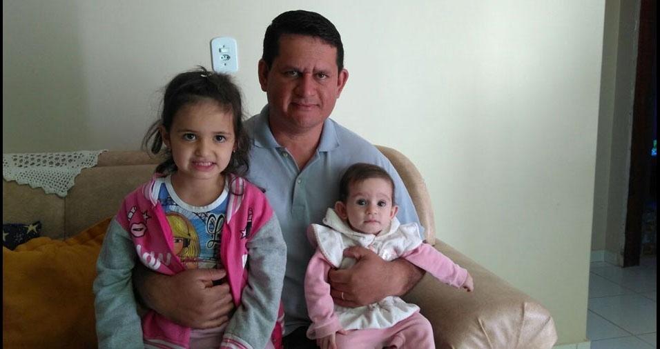"""Janderson com as filhas Maria Rita e Maria Cecília, de Arcos (MG): """"Este papai é super babão, ama muito suas princesas"""""""