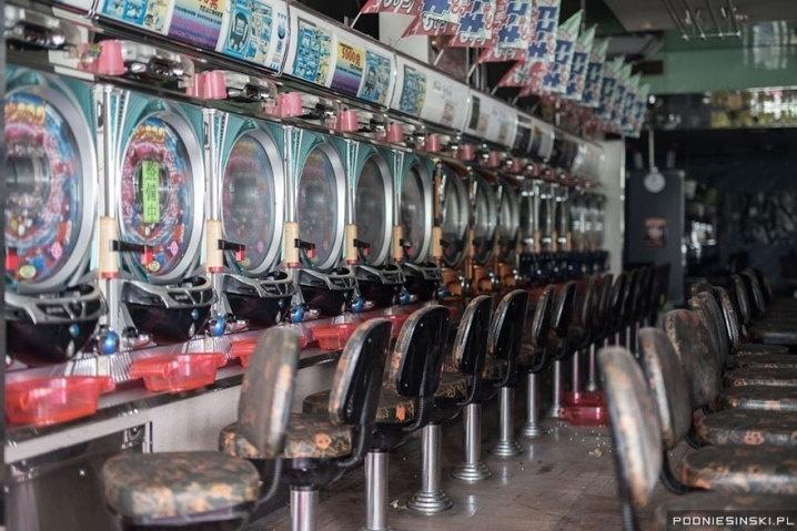 13.out.2015 - Uma casa de jogos ainda permanece com suas máquinas e cadeiras