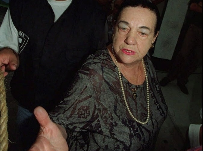 """3.mar.1996 - Mãe Dinah, que havia previsto a morte dos Mamonas Assassinas em um acidente aéreo, chega aos estúdios do SBT para comentar o caso no programa """"Domingo Legal"""" no dia seguinte à tragédia. Mãe Dinah disse que via uma """"fumaça negra"""" envolvendo a banda"""