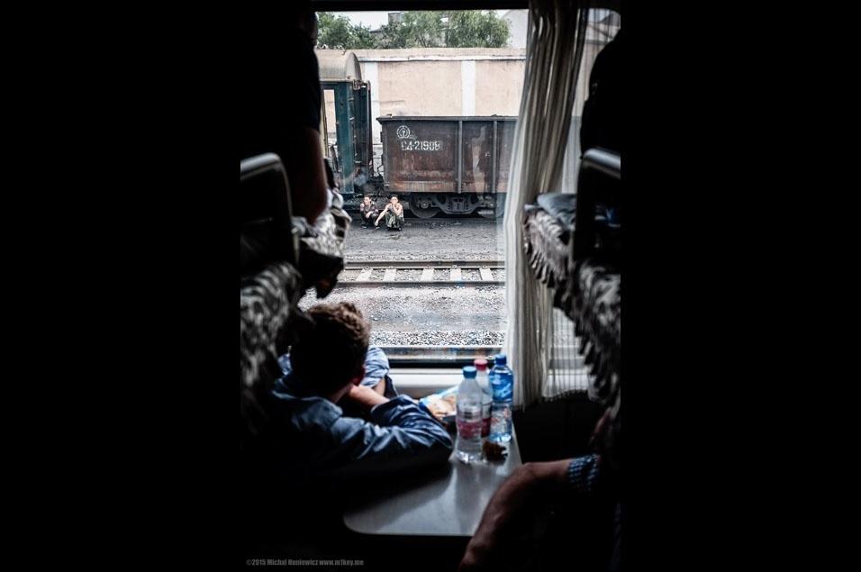 """16. """"Depois de atravessar a fronteira, você passa algumas horas no trem antes de chegar à capital Pyongyang. Outra opção é pegar um voo na China - se você for americano, esta é a única alternativa, já que nativos dos EUA não são permitidos no trem"""""""