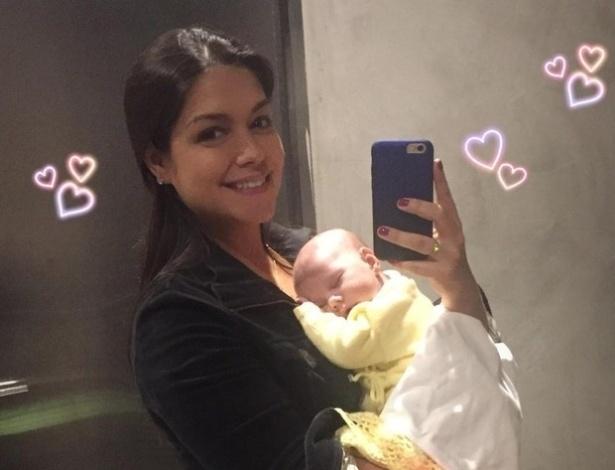 14.set.2016 - Thais Fersoza usou as redes sociais para posar com a filhinha Melinda, que completou um mês de vida.