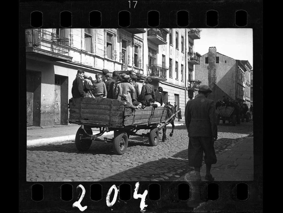 1942 - Crianças são levadas para o campo de concentração Kulmhof, também conhecido como Chelmno Nad Nerem