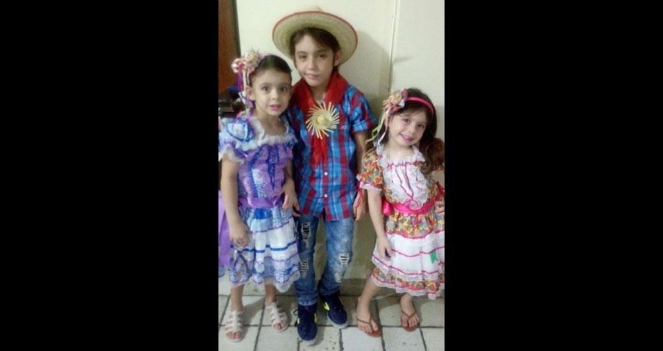 Juliana Celli, de Jaboatão Dos Guararapes (PE), enviou foto dos filhos Arthur José, de 11 anos, e das gêmeas Ana Cecília e Emanuelli, de seis anos, na festa de São João na escola