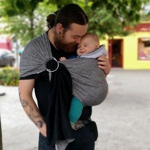 Reprodução/Ciarán the babywearing dad