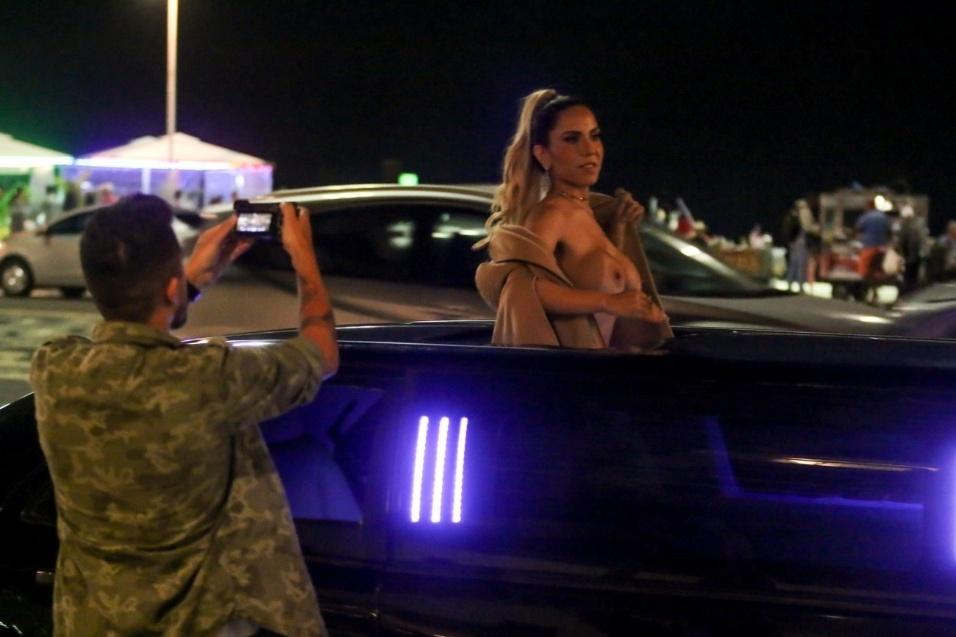 Mulher Melão posa sensual em Copacabana, no Rio