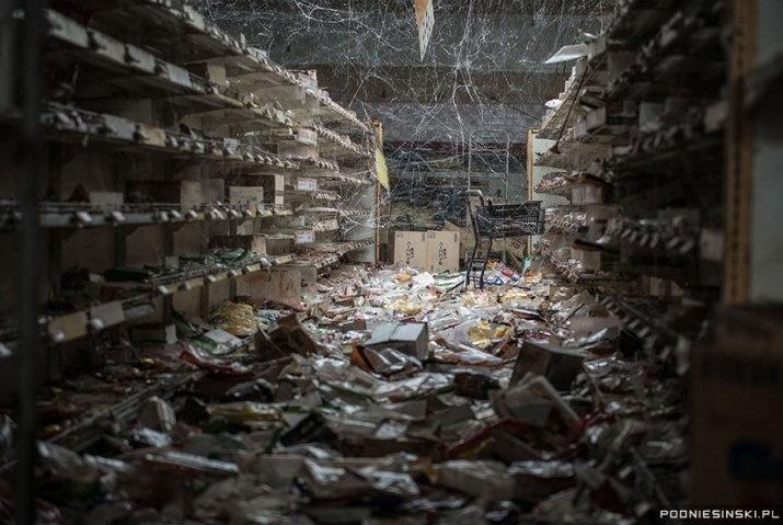 13.out.2015 - Na imagem, teias de aranha tomam conta das prateleiras de um mercado, com diversos produtos espalhados pelo chão