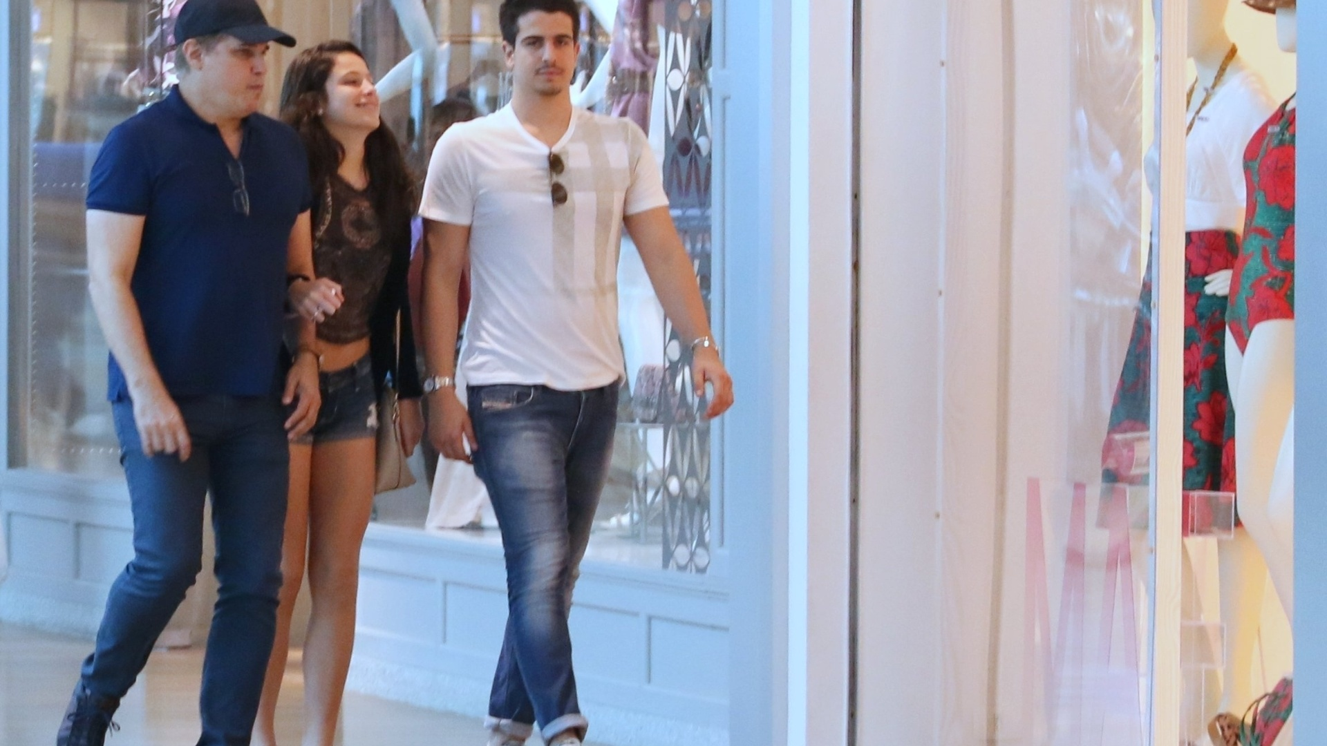 9.mai.2016 - Edson Celulari passeou com os seus filhos em um shopping da Barra da Tijuca, no Rio. Com um look despojado, o ator usava boné e evitou trocar olhares com os fotógrafos