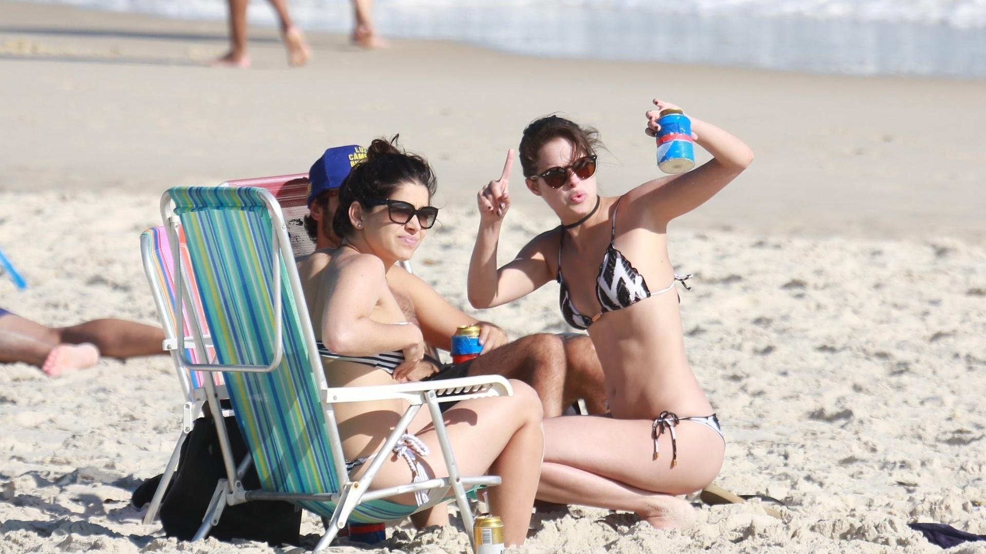 1°.nov.2016 - Agatha Moreira estava acompanhada dos amigos Gabriel Godoy e Sabrina Petraglia