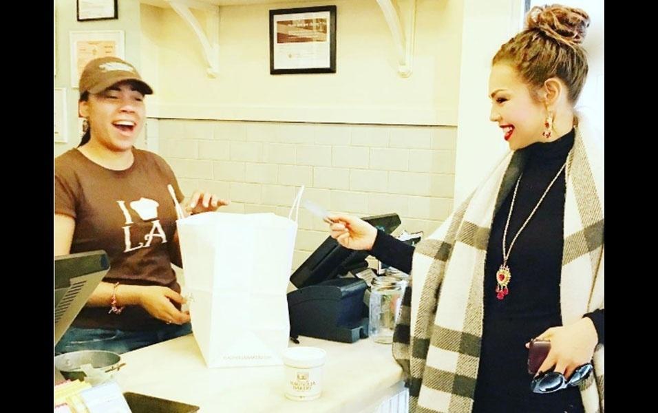 """4.nov.2016 - Thalia adora surpreender seus fãs e seguidores por onde passa. A musa latina, estava em Manhattan, Nova York, e entrou numa padaria local para comprar cupcakes. Após perceber a felicidade da funcionária quando ela se aproximou para pagar os doces, pediu que alguém fotografasse a moça, e postou em seu Instagram com a legenda: """"E entre gargalhadas, me dá meus meus cupcakes por favor?! Morro de vontade!"""""""