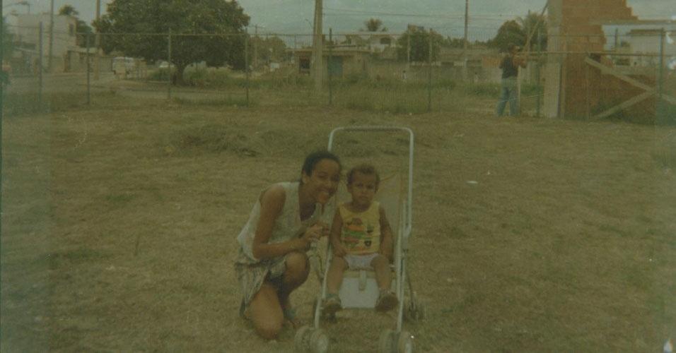 Raquel Damieri Lima, do Rio de Janeiro (RJ), tinha dez anos em 1996 e cursava a quarta série. Ela conta que costumava ajudar a mãe a cuidar do irmão Tito, com quem aparece na foto