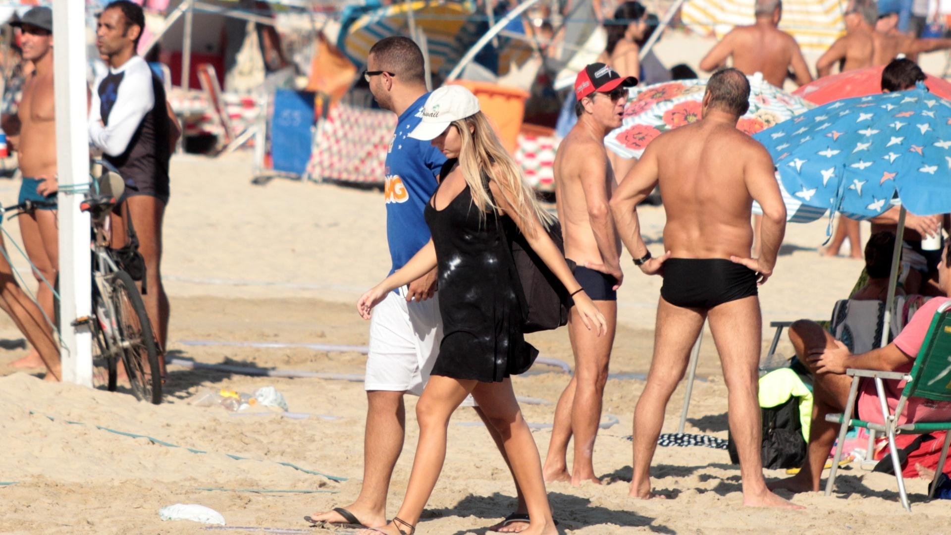 Abr.2017 - Carol Portaluppi caminha pelas areias da praia de Ipanema acompanhada de um rapaz